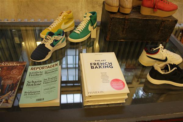 The boundaries between fashion and cooking are blurred together in this hip Berlin store. What will it be today? Sneakers or cookbook?